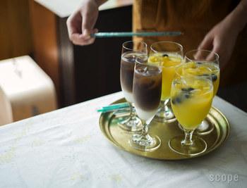 美しいフォルムのグラスに注がれた飲み物は特別感が。写真左はシャンパングラス、右はビアグラス。お酒以外の飲み物にもぴったりです。2層のコーヒーやカットした果物にジュースを注いだ果実ジュースでおもてなしを♪