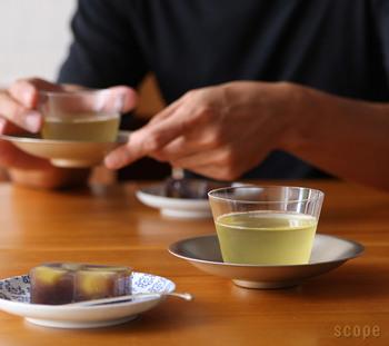 夏には冷たい日本茶もいいですよね。そんな和のおもてなしにぴったりな茶托と器。  茶托の材質は銅で、上から錫めっきが施されています。シンプルなデザインで品があり、器をおおらかに抱く程よい大きさです。その茶托によくあう「Own」のグラス。最薄約0.9mmという薄さが特長で、口当たりがよく飲み物の味をダイレクトに味わうことができますよ。