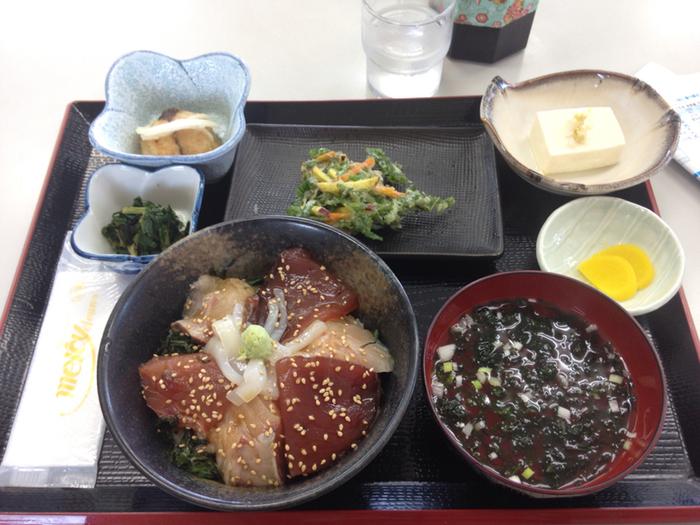 神津島港から徒歩5分程度のところにある「よっちゃーれセンター」は、神津島でリーズナブルにボリュームがある海鮮料理をいただけるお店です。神津島にて水揚げされた新鮮なお魚を堪能してください。