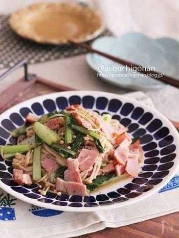 えのきと小松菜、ベーコンを使ったレンジ蒸し。ベーコンの旨みが野菜に染みてとってもジューシー。白いごはんが進みます!