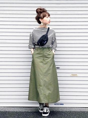 小さめのウエストポーチを高い位置で合わせると視線が上に行くので、ロングスカートを履いた時にスラリとした印象を作る事ができます。