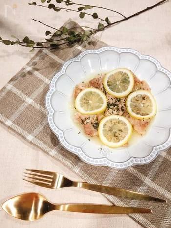 鶏もも肉を食べやすい大きさにカットして耐熱皿に並べ、調味料を振りかけレンジでチンするだけ!爽やかなレモン香るちょっぴりオシャレな一品の出来上がりです♪