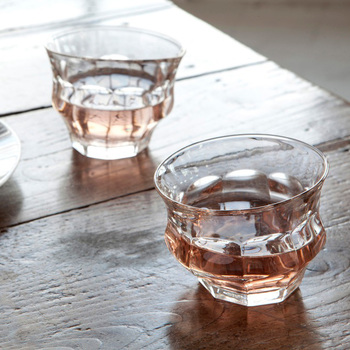 見た目がユニークなこのグラスは、Duralex®社のピカルディーグラス250mlをぐにゃりと変形させたもの。名前のTIPSYは「ほろ酔い」という意味。ほろ酔い時の歪んで見える視界や感覚を連想させますね。  変形具合がひとつひとつ違い、2つとして同じグラスはありません。ガラスに屈折した光もキレイです。個性的なグラスで遊び心のあるおもてなしもいいですね。