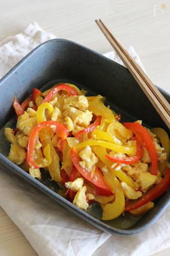 色鮮やかなパプリカを使った中華風の副菜レシピは、卵を入れてボリュームアップ!冷めても美味しいですよ◎