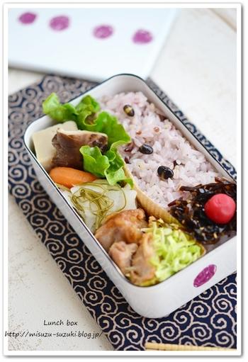 主菜であるお肉やお魚のおかずは、だいたいご飯がすすむ濃いめの味付けが多くなりますよね。主菜1品に対し、少し薄目の味付けにした副菜を2~3品組み合わせると味のメリハリがつき、全体を美味しく食べ進めることができます。また煮物やサラダなどで色々な野菜をたっぷり取り入れると、栄養も見た目も自然とランクアップします。