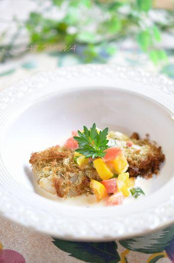 【タラのとろろ昆布巻グリル】  タラにとろろ昆布を巻くことで、淡泊な味に旨味が加わって奥深い味わいに。トマトやパプリカのカラフル野菜のクリームソースをかければ、レストランのようなオシャレな一皿の完成♪