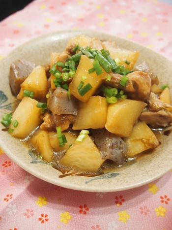 【大根とこんにゃく、鶏肉、とろろ昆布の煮物】  とろろ昆布は調味料と一緒に入れるだけで、美味しい出汁が出るので、時間がないときの煮物作りに大活躍!大根、こんにゃく、鶏肉を使った定番の煮物ですが、やさしいとろろ昆布の旨味でほっと落ち着く味わいに仕上がります。