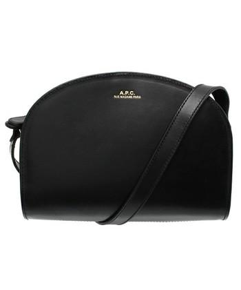イタリア製のスムースレザーを使ったコンパクトでスタイリッシュな雰囲気のショルダーバッグです。ゴールドの刻印がちいさく入っているのが可愛いアクセントになっていますね。ダブルファスナーを採用しているので、開きやすく閉じやすいバッグになっています。