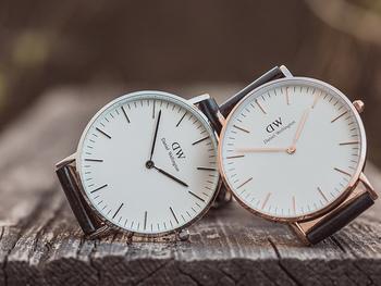 ケース(フェイスのフチ)は2色展開。「ローズゴールド」と「シルバー」から選べます。 文字盤やベルト、ケースの大きさや色によって雰囲気もだいぶ違います。あなたにピッタリな時計をお探し下さいね♪