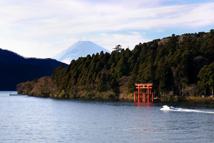 芦ノ湖の畔にある箱根神社、九頭龍神社本宮、箱根元宮。どの神社も、強いパワーを持っています。中でも箱根神社は、箱根を背にして建つ、関東屈指のパワースポット。芦ノ湖内に立つ大きな鳥居の姿も印象的です。スッと伸びる杉の木に囲まれた参道では、神聖な空気が感じられます。開運、縁結び、商売繫盛の御利益がいただけるとあって、連日多くの参拝者で賑わっています。