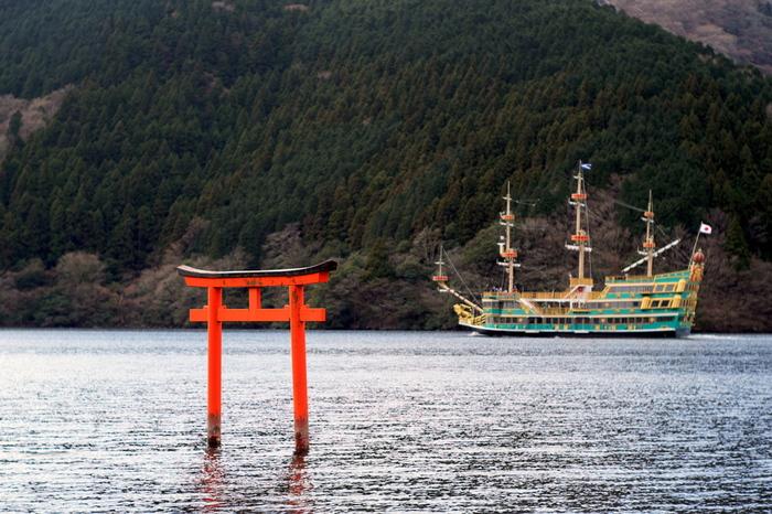 同じく芦ノ湖の中に鳥居がある神社として有名なのが、九頭竜神社。縁結びの御利益がいただけるとあって、毎月13日に行われる月次祭は、大勢の参拝客が訪れます。それ以外の日も参拝は可能で、むしろ静かな環境でゆったりとお参りすることができます。 九頭竜神社へは車では行けません。13日には参拝専用の船が出ますが、それ以外の日は20分程かけてゆっくり歩いていくか、箱根園でモーターボートをチャーターするか、もしくはレンタサイクルを借りるかで訪れるルートがあります。