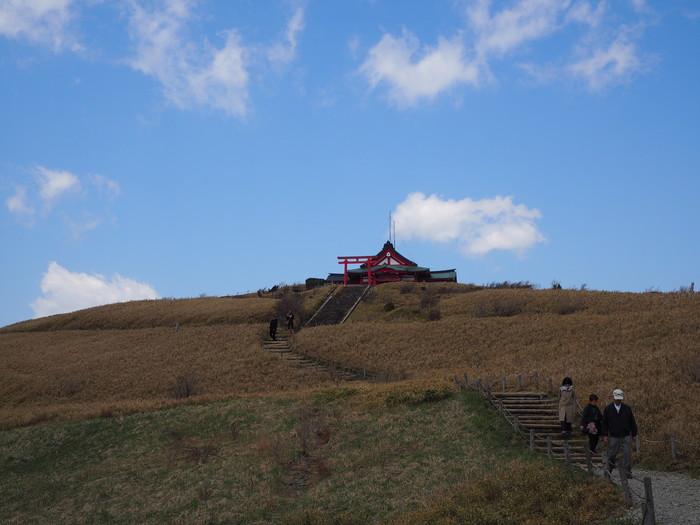 駒ケ岳の山頂にある、箱根神社の奥の宮・箱根元宮。箱根園から出ているロープウェーで頂上まで上がると、天空にそびえる赤いお社が見えます。宮司さんは毎日はいないので、御朱印が欲しい方などは、スケジュールを確認してから参拝してくださいね(お参りはできます)。