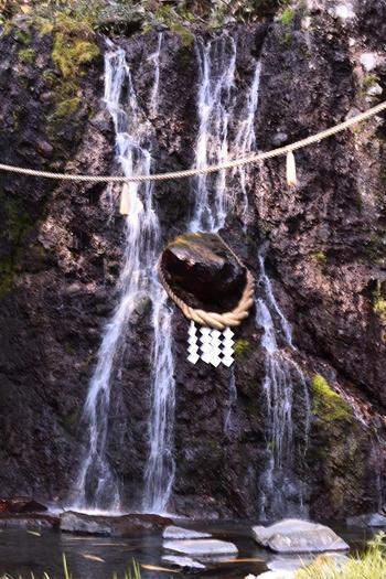 滝の側には、縁結びのご利益がいただける「玉簾神社」も祀られています。優しく流れ落ちる滝は、日ごろのストレスを浄化してくれそう。日帰り入浴もできるので、お参りした後は温泉も楽しんでみて下さいね。
