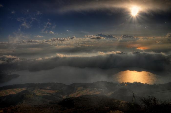 前出の箱根元宮神社がある駒ケ岳は、実は山自体もパワースポットで、箱根山の中央火口丘の一つ。標高約1300mの山頂は、地上とは全く違う世界が広がります。晴れていれば箱根の絶景を一望できますが、山の上だけ雨が降っていたり、霧がたちこめて前がほとんど見えなかったりと、独特の雰囲気か味わえます。