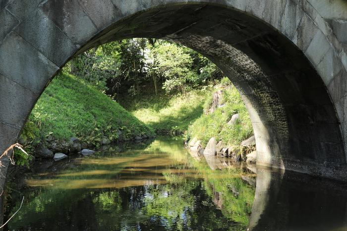 明の儒学者の意見を多く取り入れた小石川後楽園。この「円月橋」と呼ばれる石の橋は、水面に映る様子と合わせると満月のように見えることからその名がつけられました。