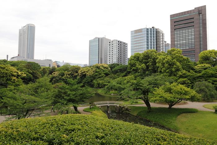 都営地下鉄大江戸線の飯田橋駅から徒歩3分。すぐそばには後楽園や高層ビルが見えるところに、こんな広大な庭園があるとは知らなかったという方もいらっしゃるのでは?小石川後楽園は、池を中心にした「回遊式築山泉水庭園」で、各地の景勝を模した湖・山・川・田園などの景観が巧みに表現されています。