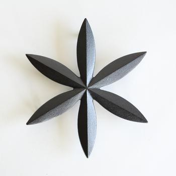笹車(ささぐるま)をモチーフに作られた鍋敷きは、和モダンなデザインと、鋳物の重厚感が魅力的。
