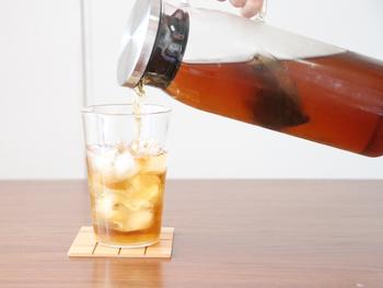 1Lと大容量なので、麦茶や紅茶、コーヒーなどを一度に沢山作って保存するのにぴったりです。 口元は広めに作られているので、お手入れも簡単!耐熱ガラスなので熱湯消毒もでき、長く清潔に使って行くことが出来ます。