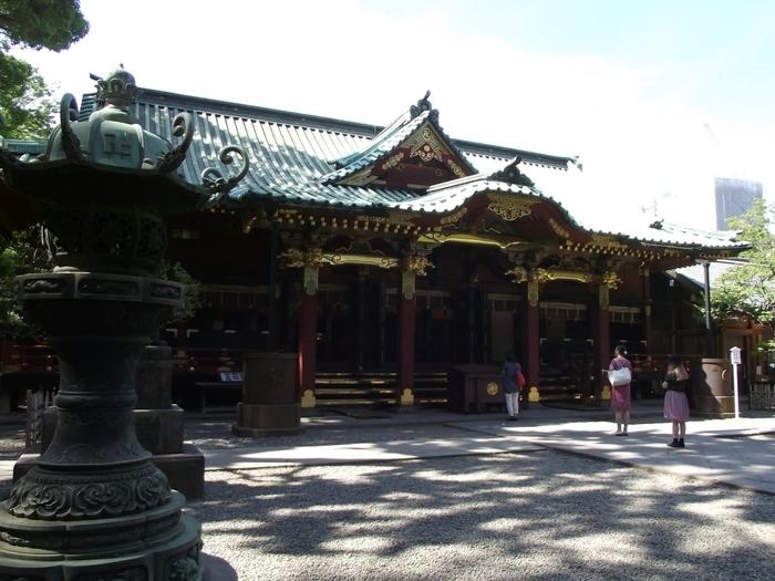 """立派な社殿は、総漆塗りの華麗な権現造建築で江戸の神社建築としては最大の規模を誇ります。当時の建造物がそのまま残っているのも見どころのひとつ。地震や戦災を免れたことから""""強運の神社""""としても知られています。"""