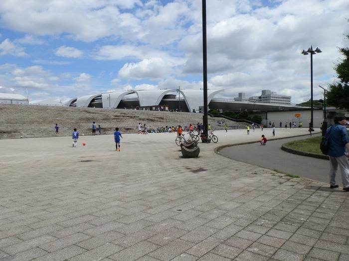 1964年(昭和39年)に開催された東京オリンピックの会場として使われたこちらの公園は、テニスコートや陸上競技場を備えていて、今もスポーツを楽しむ人々に親しまれています。