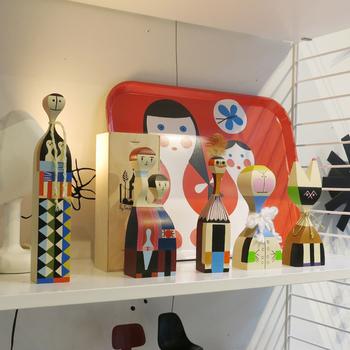 スイスで創業したVitra(ヴィトラ)のウッデンドールは、置いてあるだけで視線を惹きつける魅力的なオブジェ。 ユニークな形と柄、豊かな表情で、北欧雑貨を並べたお気に入りのマイスペースに仲間入りさせたくなります。