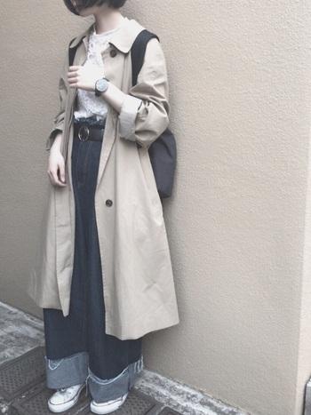 """裾を大きくロールアップしたワイドデニムにベージュのステンカラーコートをさっと羽織った""""こなれ感""""たっぷりのコーデには、大きめフェイスの時計がお似合い◎。"""