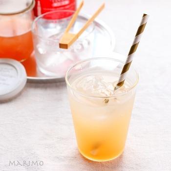 完成したジンジャーエールシロップは、3倍の炭酸水などで割って飲みます。砂糖の種類を変えたり、はちみつにしたり、またレモンを抜くのもOK。お好みの味にできるのが自家製のいいところですね。