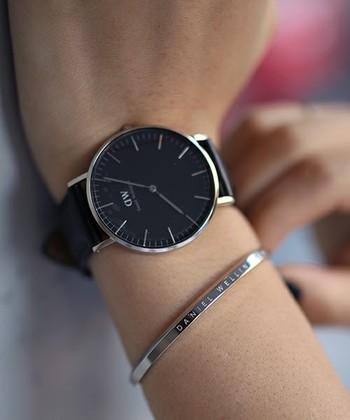 ダニエル・ウェリントンのアクセサリーも大人気。こちらは時計と重ね付けすると素敵なバングル「クラシックカフ」。ミニマルで上品なデザインはつける人を選びません。カラーはシルバーとローズゴールドの2色、サイズはSとLの2サイズ展開です。