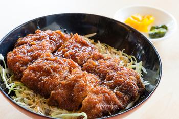 会津の名物として知られる「ソースかつ丼」も見逃せません。中華そばもソースかつ丼もどちらも食べたい!という方でも大丈夫。「めでたいや」には中華そばとミニ丼セットプランがあるので、ご安心ください♪