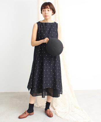 裾に向かってレイヤードのやわらかなラインが魅力のワンピース。こうして小さなサイズのドット柄を選べば、カジュアルになり過ぎず、大人なキレイ目スタイルにまとまります。