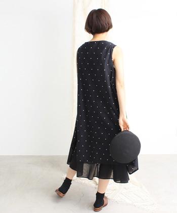 サラッと1枚で着てもサマになる、すっきりとしたシルエットが魅力。歩く度に小さなドット模様が揺れるのも愛らしいですね。