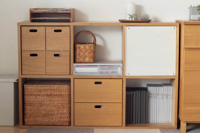 物が多くても棚に綺麗に物を入れることが出来ればスッキリして見えますよね。同系色のBOXを用意すれば統一感が出て部屋全体が綺麗に見えますよ。