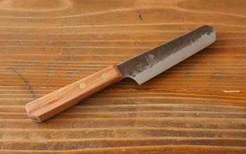 和包丁は片面しか刃がついていないものが多いですが、こちらは幅広く使える両刃仕様に。包丁の両面に左右対称に刃をつけることで、利き手に関係なく使うことができます。
