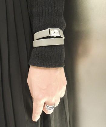 時計のベルトもアクセントに。ゴールドよりもシンプルに取り入れやすいのがシルバーです。二重巻きのベルトなら、洋服の上にはめてワインポイントにしてみても◎。