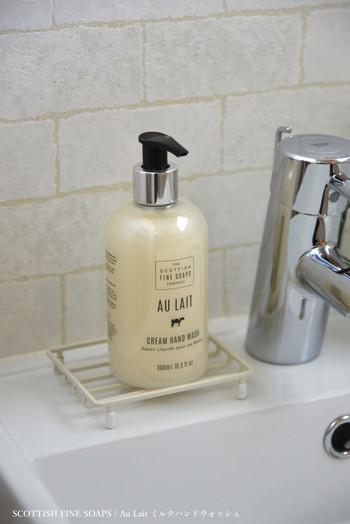 調理前の手洗いはとくにしっかりと行いましょう。ハンドソープやせっけんを使って、指の間や爪の先まできちんと洗浄します。付着している菌をできる限り落とすことで、食材への菌の移行を抑えます。