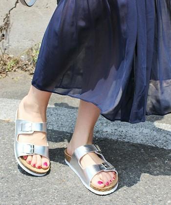 ふんわりスカートに、シルバーのスポーツサンダル。甘めコーデを引き締めて、ラフすぎないおしゃれな足元に♪