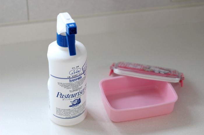 お弁当箱はきれいに洗って、乾燥させたあと、キッチンで使うことができる除菌スプレーなどを使いましょう。パストリーゼなどの食品にも直接かけることができるスプレーなら、小さな子どものお弁当箱にも安心して使うことができますね。