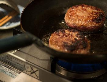 ハンバーグやから揚げなどのおかずはしっかりと中心部まで加熱するのが大切です。75度以上で1分以上加熱することで、菌が死滅します。