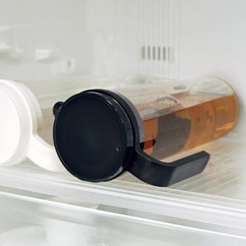 プラスチック製なので扱いやすく、密閉性も高いので、冷蔵庫の中で横置きしても安心!持ちやすいハンドル付で、楽に注げる所も嬉しいポイントです。