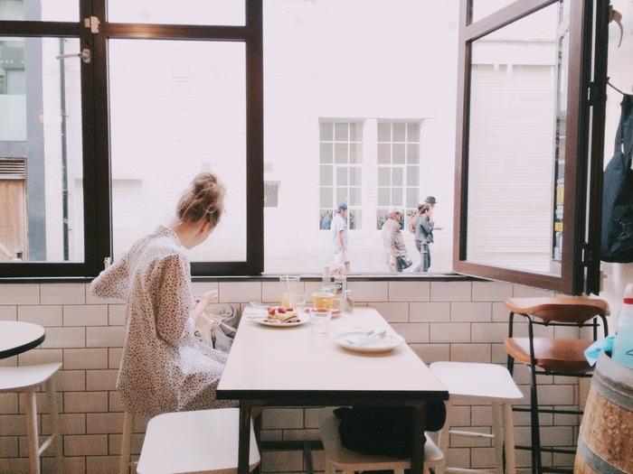 ひとりでも平気、という人がいる一方で、ひとりでは嫌だという人ももちろんいます。とくにひとりで食事をすることや寝泊まりすることに対して抵抗があるという人が多いですよね。