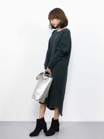 黒×シルバーは、絶好の組み合わせ。メタリックのバッグは、華奢な女性らしさも邪魔しません。