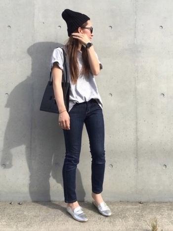 細身のジーンズに合わせてシャープさを出せば、スラッと美脚に見せることができます。濃いダーク系と明るい同系色を組み合わせて、全体にメリハリをつけるといいですね。