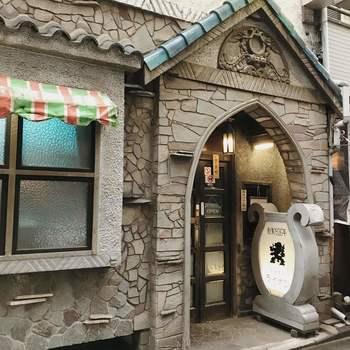 昭和元年創業の「名曲喫茶ライオン」は、クラシック愛好家の間では知らない人はいないと言われるほど有名なお店。渋谷駅から徒歩10分ほどのところにあります。  個性的な外観は、初代店長の山寺弥之助氏が自らデザインを手がけました。東京大空襲で焼失後、同じデザインで再建したこだわりのお店です。