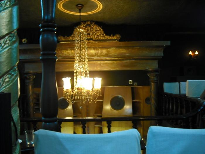 シャンデリアのムーディーな灯りに照らされた2階席には、白いカバーのかかった椅子が並んでいます。クラシックにあまり馴染みの内方は敷居が高いイメージがあるかも知れませんが、耳にしたことがある曲も多く流れているので一度足を運んでみてくださいね。荘厳な雰囲気とお店の歴史を肌で感じられますよ。
