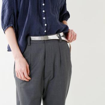 定番ファッションに何か1つ遊びを取り入れるなら、こんな細身のベルトがおすすめ。革製のしなやかさが優しい印象を与えてくれます。