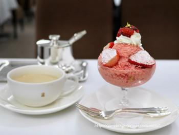 夏季限定の「フローズンストロベリーデザート」は、毎年大人気!赤とピンクの可愛らしい見た目が乙女心をくすぐります。ふわふわの氷といちごの甘酸っぱさがたまらない味。夏が待ち遠しくなりませんか?