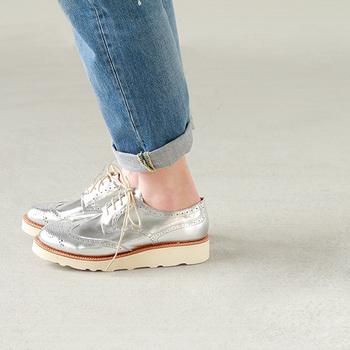 シルバーは、マニッシュなパンツにもフェミニンなスカートにも似合います。しかもどんな色ともマッチするのが優秀なところ。スニーカーは足首を見せればすっきりと、白靴下を合わせれば清楚な印象に。