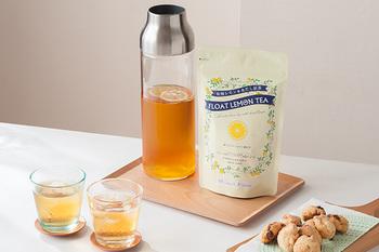 暑い時には、爽やかな香りのレモンティーはいかがでしょう!手軽に冷たいレモンティーが楽しめる「光浦醸造 水だしレモンティー」は、ジャグやピッチャーに浸して待つだけで、すっきりと美味しいアイスティを楽しむことが出来ます。1パックに500ml(2~3杯)用のティーバッグが5個と乾燥レモンが10枚入っています。飲みたい分のティーバッグをジャグに入れ、3時間以上水に浸せば完成!仕上げに、付属の瀬戸内産の乾燥レモンをグラスに浮かべれば、より爽やかな酸味を楽しめます。
