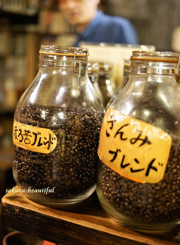 自家焙煎のコーヒーがおいしいと評判で、中でも「ほろ苦ブレンド」は、40年経っても変わらない深煎りで、深い味わいはコーヒー通にはたまりません。ホットでゆっくりと味わいたいですね。コーヒー豆の量り売りもしているので、ご自宅用に買って帰る方も多いんですよ。