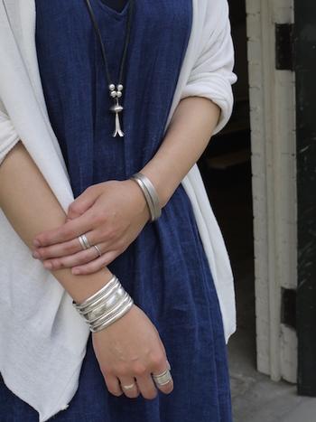 リネンやコットンなどのシンプルな装いには、ボリューム感のあるシルバーのインディアンジュエリーで存在感をプラス。メタリックなシルバーが涼しげな印象です。